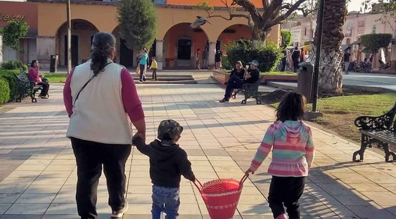 Familia paseando en plazuela principal